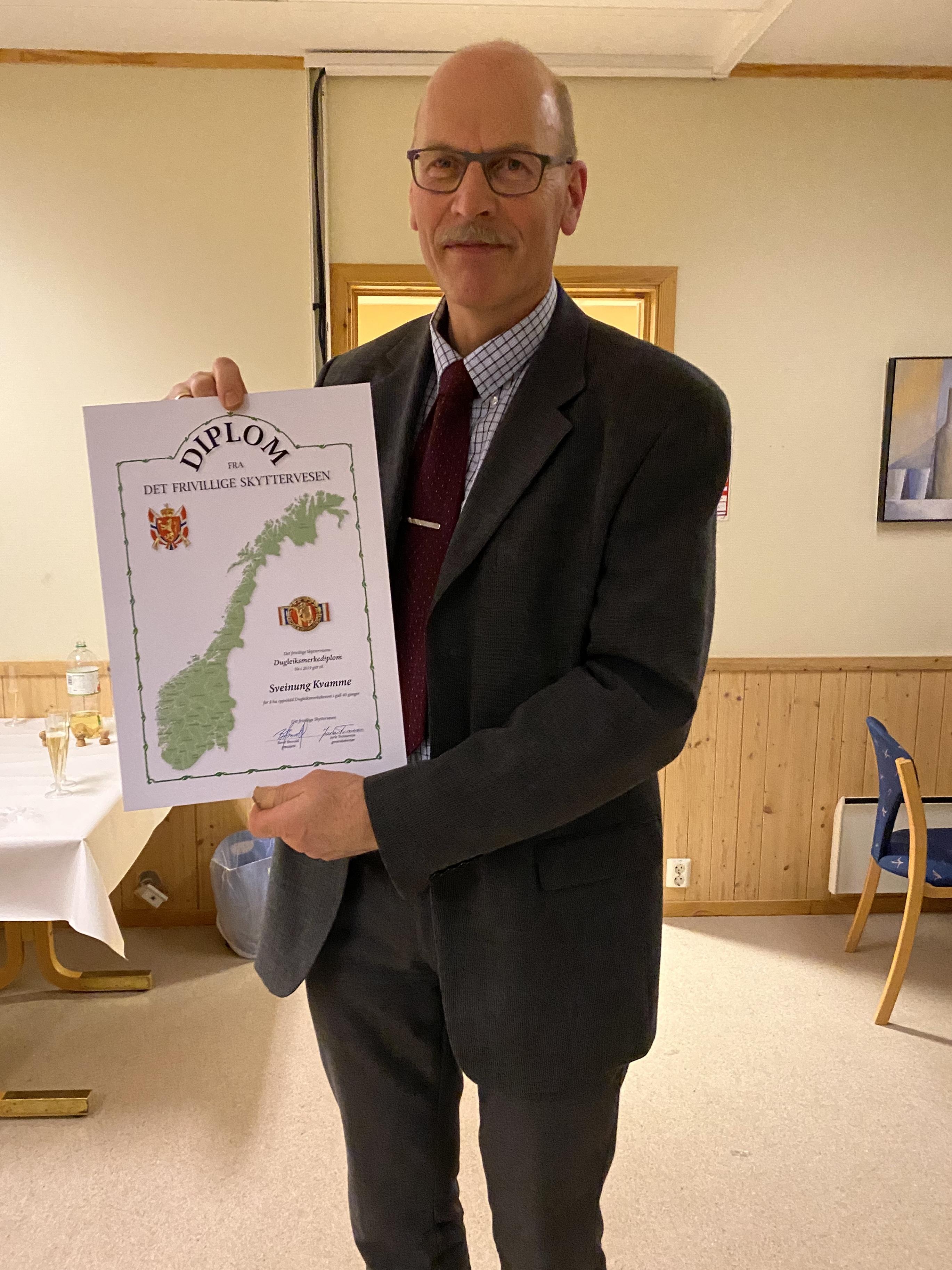 Sveinung mottok diplom for å ha skutt til Dugleiksmerket til gull 40 ganger!
