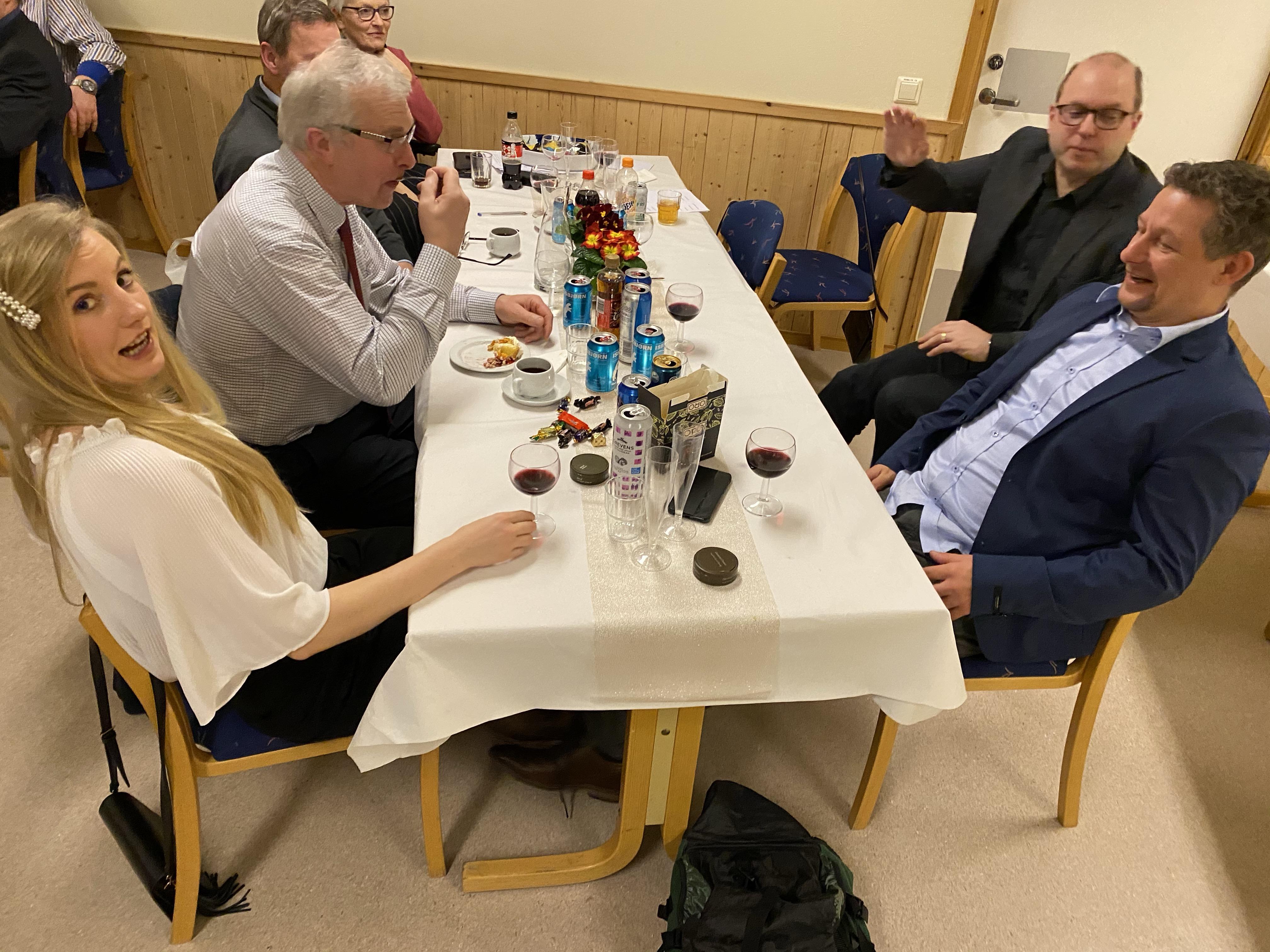 Taperlaget i quizen må snart begynne å forberede neste års fest (Leiv Ivar, Maren, Tony og Lars Alvar)
